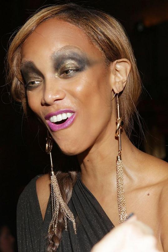 Tyra připadala k divnému make-upu ještě podivnější grimasy.