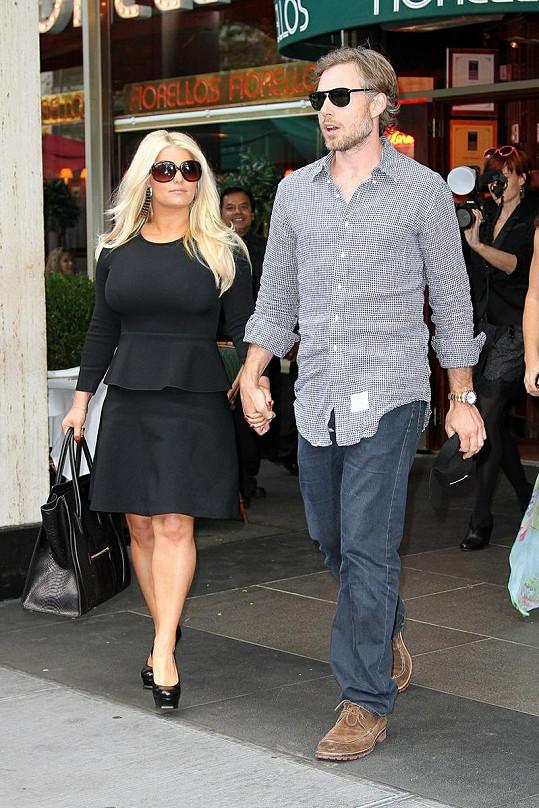 Jessica a její snoubenec Eric Johnson.