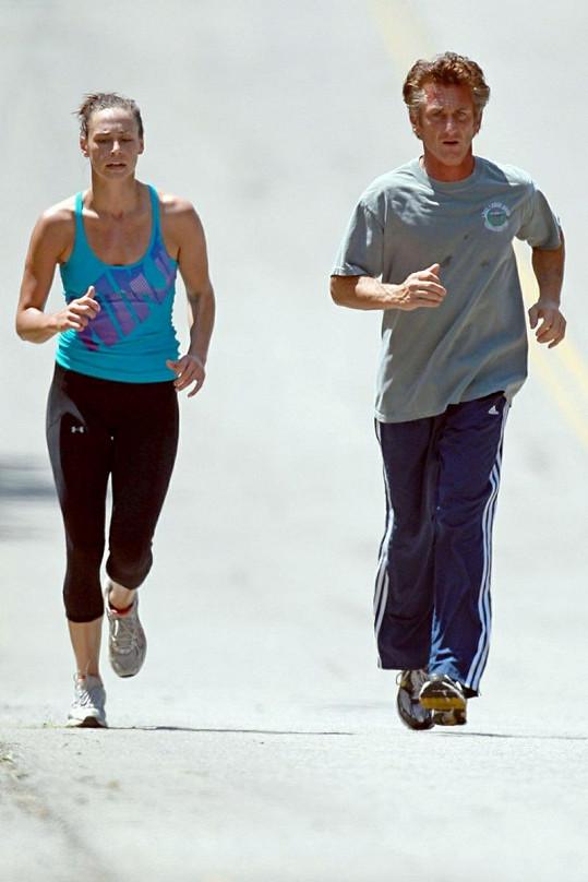 Penn často běhá i se svou novou přítelkyní.