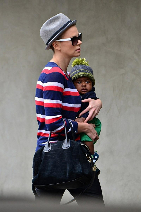 Charlize Theron s adoptovaným synem Jacksonem.