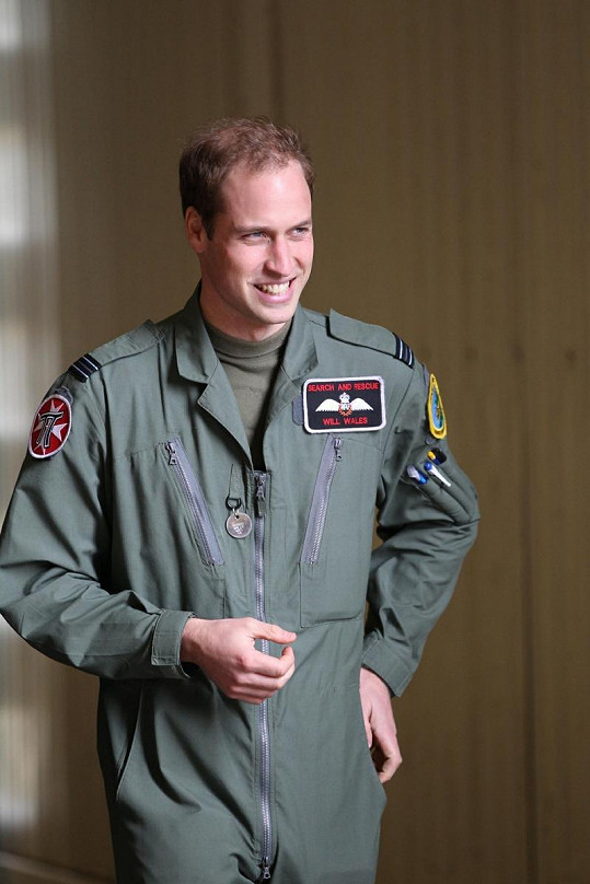 Princ William v uniformě pilota.