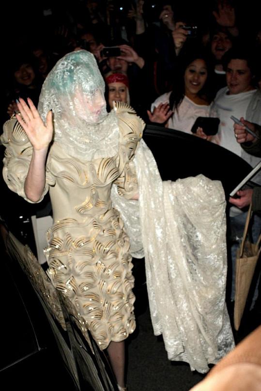 Lady Gaga trochu jako larva.