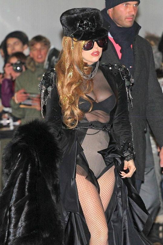 V Moskvě byl sice mráz, Gaga ale pro dobrou image udělá všechno.