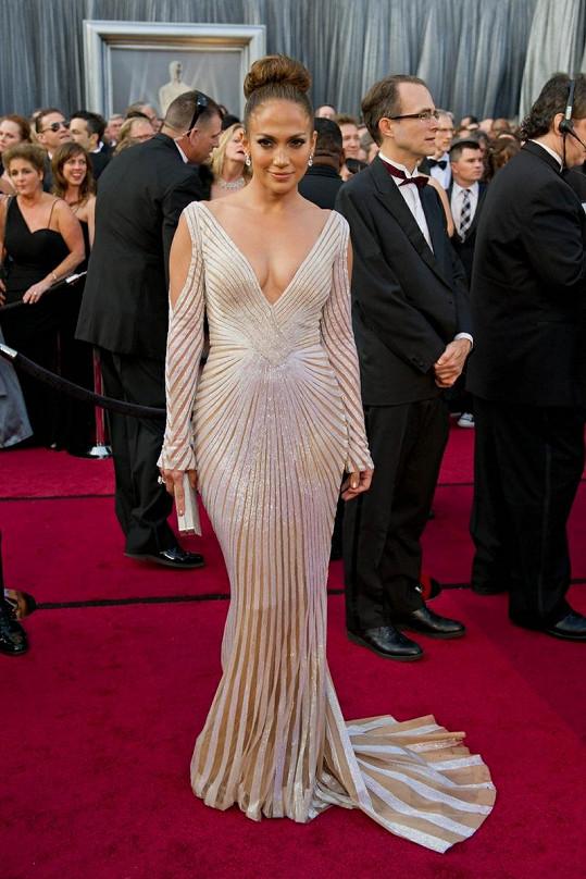 Jako kdyby byly šaty Jennifer Lopez spíchnuté z punčocháčů.
