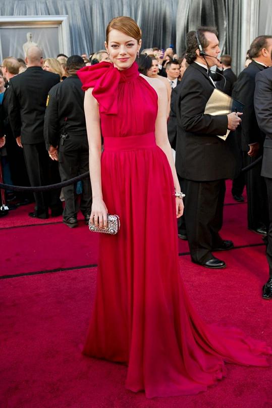 Emma Stone vypadala v přiléhavé rudé róbě Giambattista Valli úchvatně.