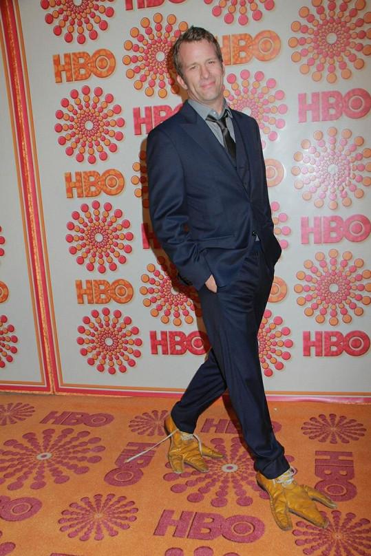 Thomas Jane v netradiční obuvi.