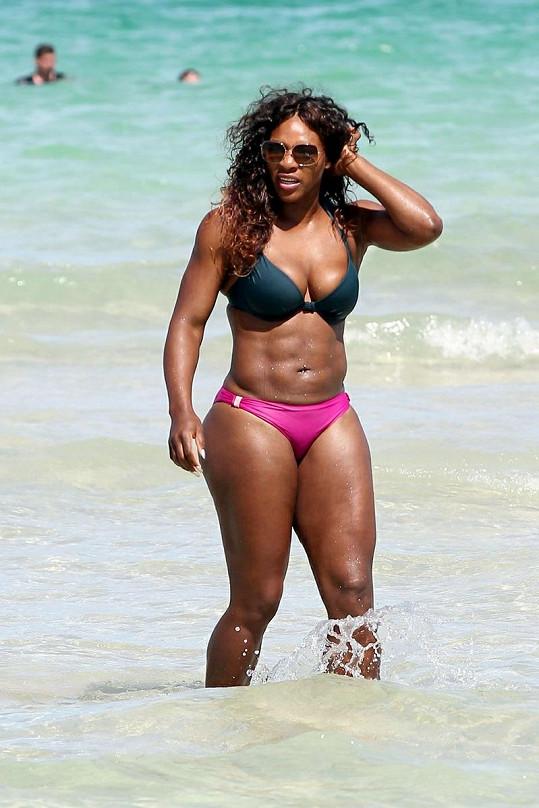 Serena Williams před rokem na pláži.