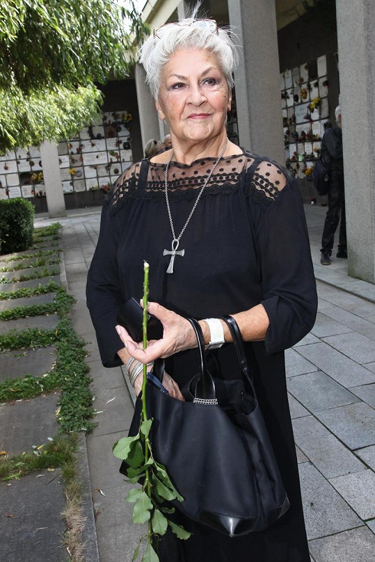 Kamila Moučková na pohřbu Jiřiny Švorcové, která ji seznámila s jejím dlouholetým přítelem Jiřím Zahajským.
