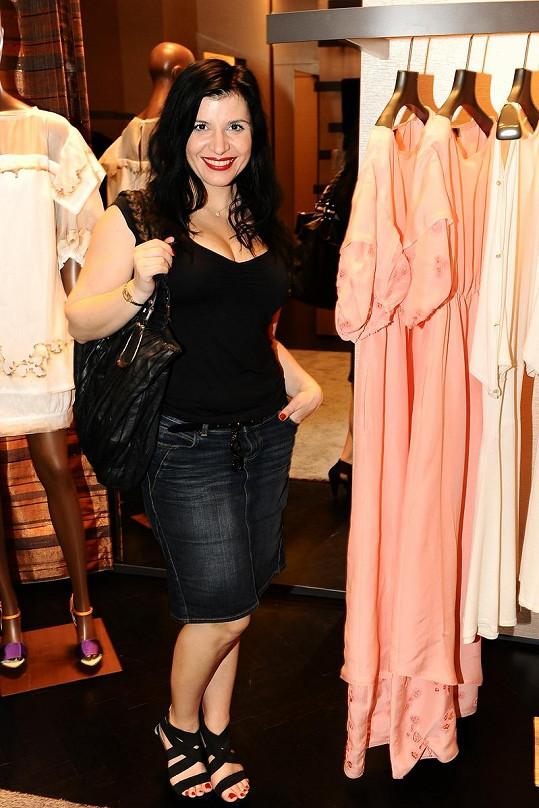 Operní pěvkyně Andrea Kalivodová vyrazila v džínové sukni