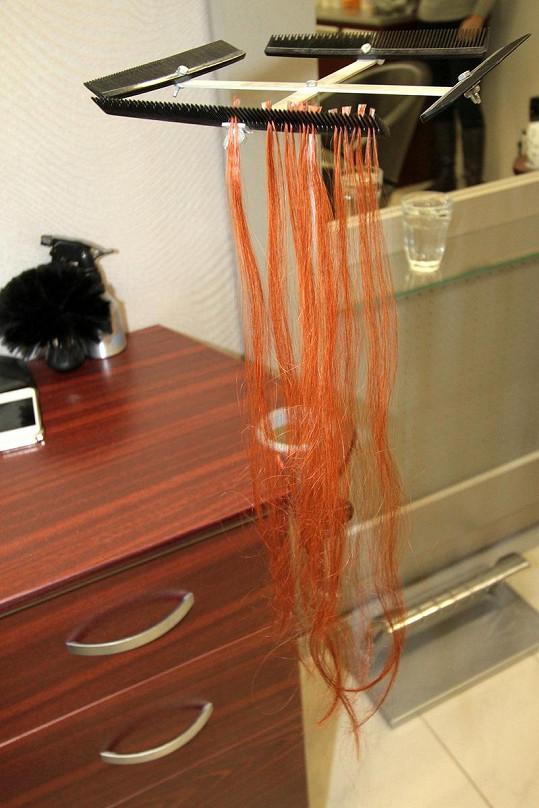 Tyhle pramínky vlasů kadeřnice zpěvačce připevnily.