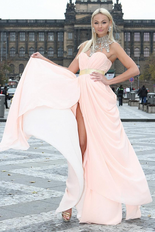 Během prezentace šatů neváhala odvážná modelka zapózovat ve středu Václavského náměstí.