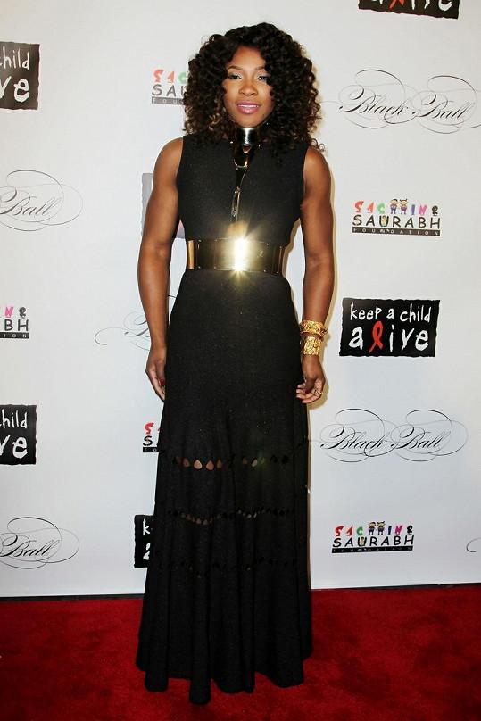 Serena Williams ozvláštnila jednoduché šaty originálním ocelovým páskem.