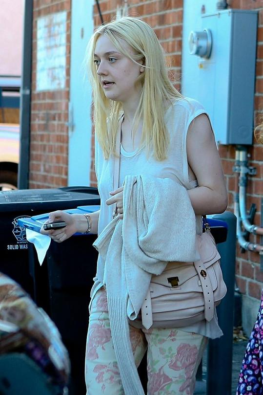 Herečka Dakota Fanning při nákupech.