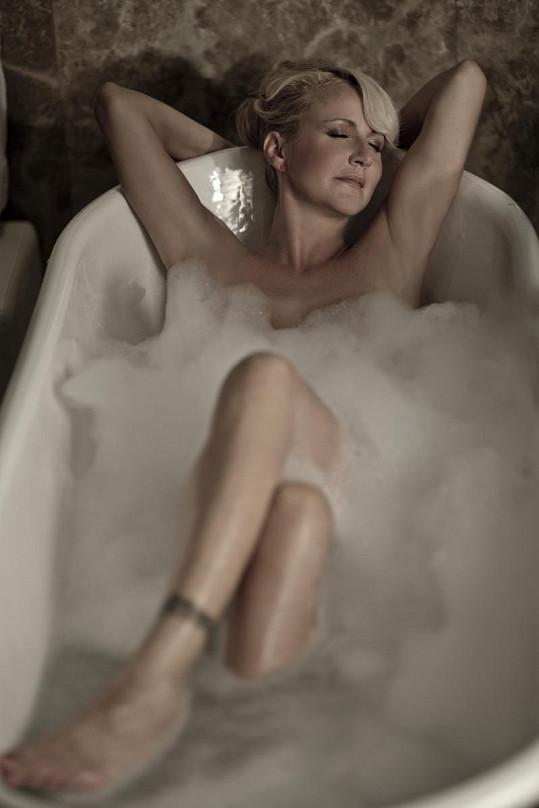 Vendula si koupel umí užít.