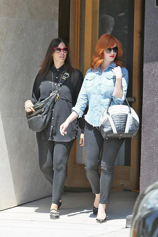 Christina na nákupech v Merlose Place s kamarádkou.