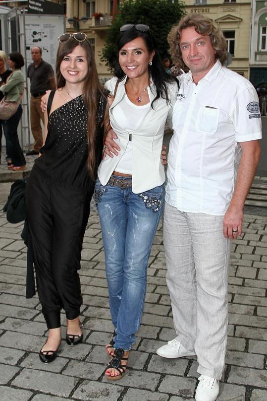 Takhle vypadá módní peklo. Dcera Martiny Jandové byla ještě v pořádku, ale reportérka v džínách a její partner Dan Dobiáš v košili se neprezentovali moc dobře.