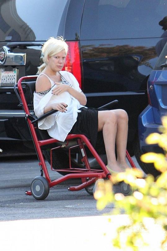 Tori Spelling na vozíku před nemocnicí.
