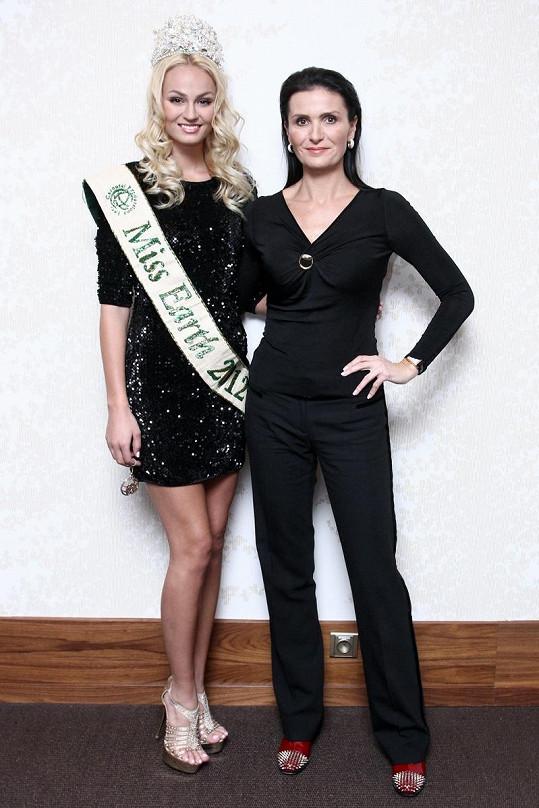 Tereza s ředitelkou České Miss Michaelou Maláčovou na Letišti Václava Havla.
