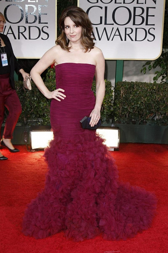Fuchsiové šaty od Oscara de la Renty herečku Tinu Fey možná až příliš opticky zkracovaly. Tohle nebyl nejvhodnější výběr.
