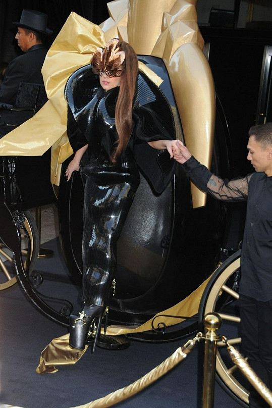 Gaga dorazila na akci v kočáře.