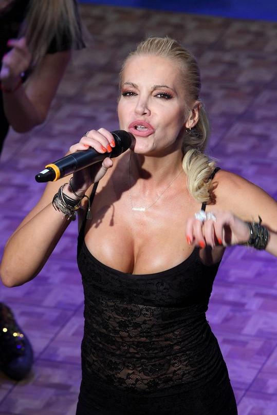 Dara Rolins na párty i zazpívala.