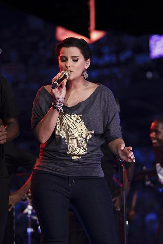 Furtado nazpívala hity jako I'm Like a Bird, Maneater či Promiscuous.