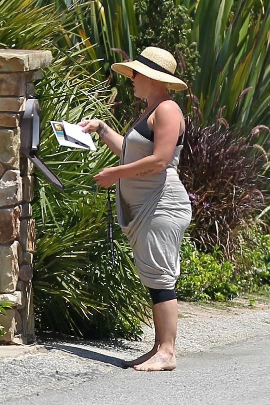 Pink před odchodem domů zkontrolovala poštu ve schránce.