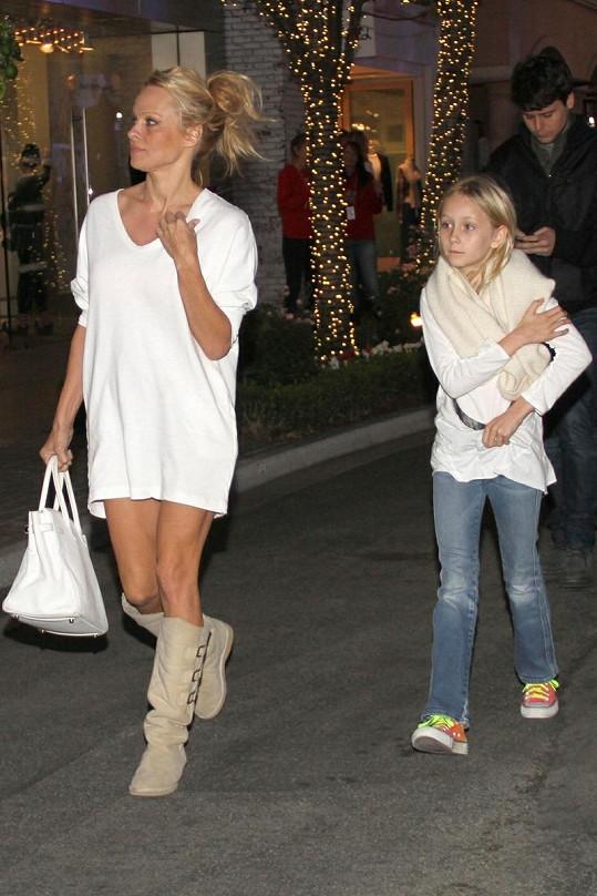 Pamela na procházce po Beverly Hills.