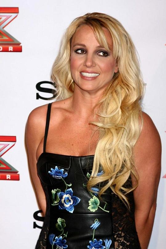Zpěvačka na párty X-Factoru v Los Angeles.