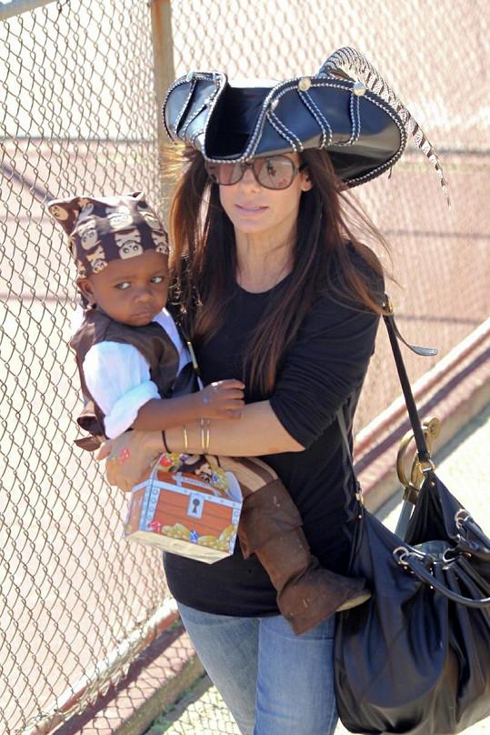 Sandra Bullock a její adoptovaný syn Louis.