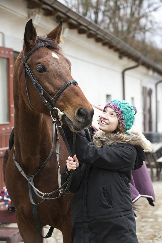 Z pohledu je vidět, že Berenika má koně moc ráda.