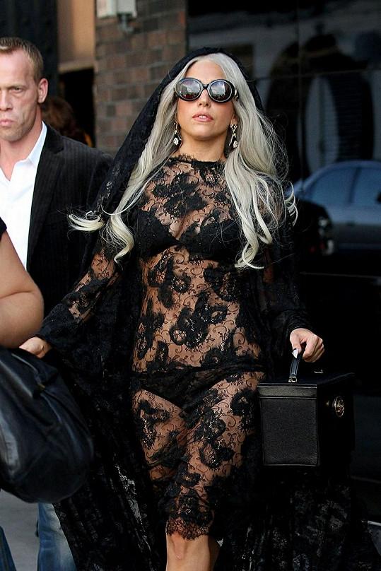 Gaga opět ukázala celé tělo, ale tentokrát to zvládla i s vkusem.