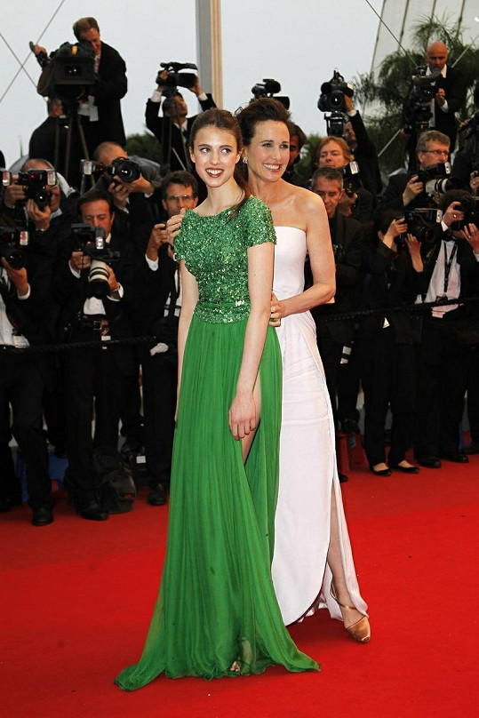 Andie MacDowell se v Cannes pochlubila svou sedmnáctiletou dcerou.