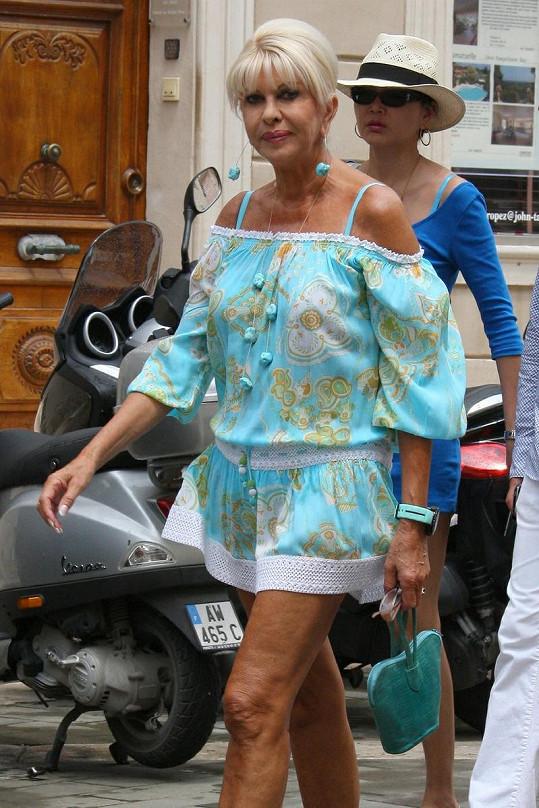 Ivana na dovolené obléká odvážné modely.