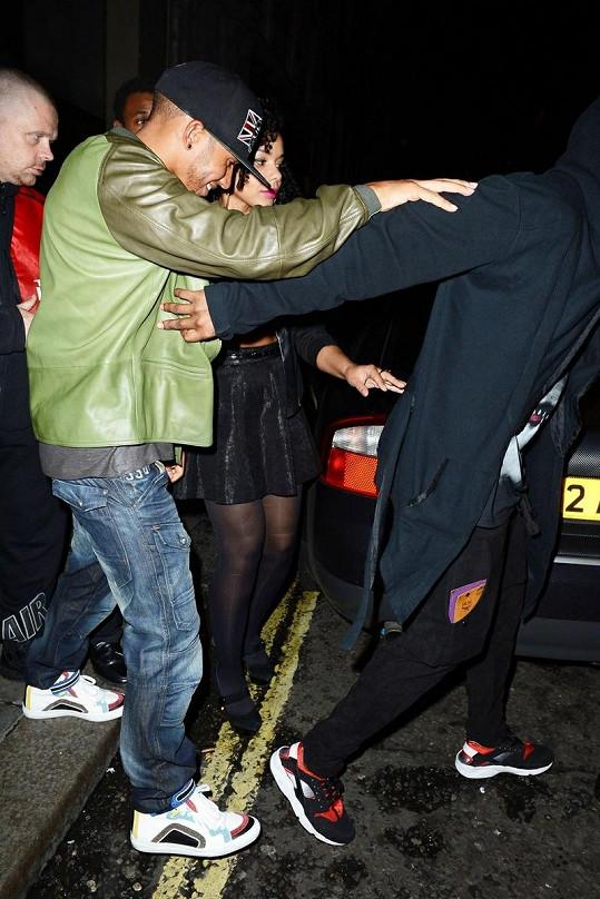 Lewis se musel opírat o bodyguardy.