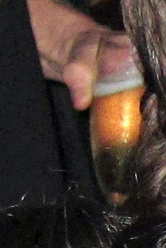 Herec popíjel pivo ze skleničky na šampaňské.