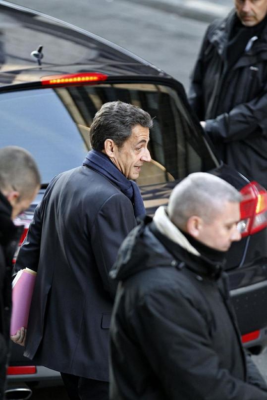 Očividně šťastný Sarkozy odchází z porodnice La Muette.