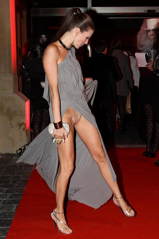 Andrea Verešová má ráda šaty s vysokými rozparky.