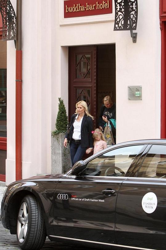 Valeria bydlí se svou rodinou v luxusním hotelu v centru Prahy.