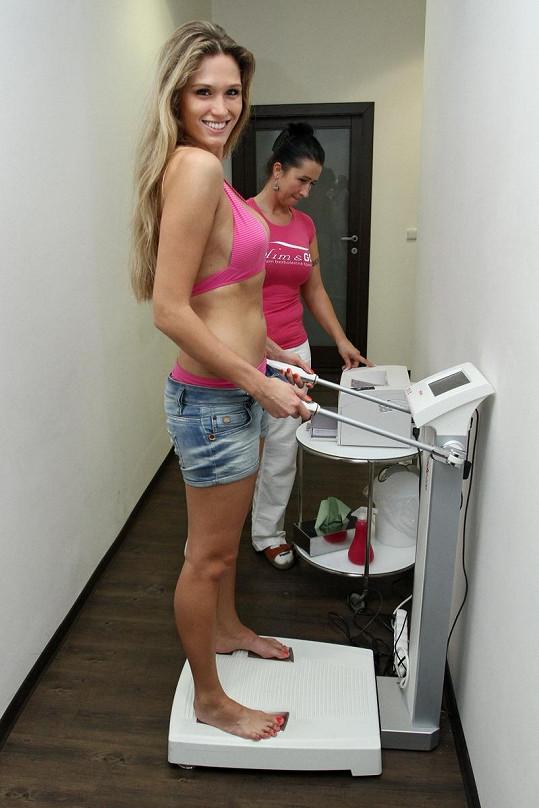 Michaela Štoudková zjištuje množství tuku ve svém těle.