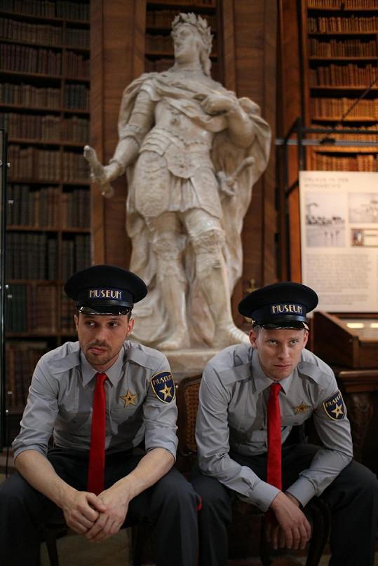 Pyco a Prachař jako hlídači v muzeu.