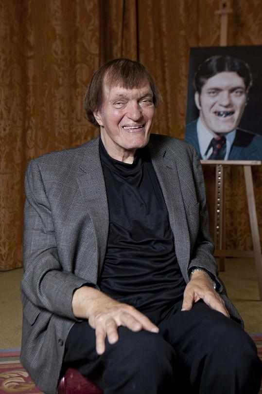 Herec vedle portrétu své slavné postavy Čelisti.