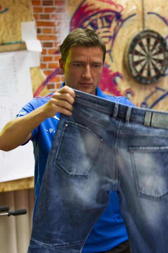 Šmicer si vybírá džíny.