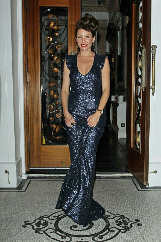 Dannii Minogue byly šaty hodně dlouhé...