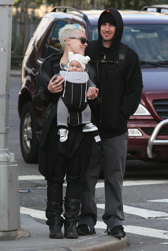 Zpěvačka Pink, motokrosový závodník Carey Hart a jejich čtyřměsíční dcera Willow.