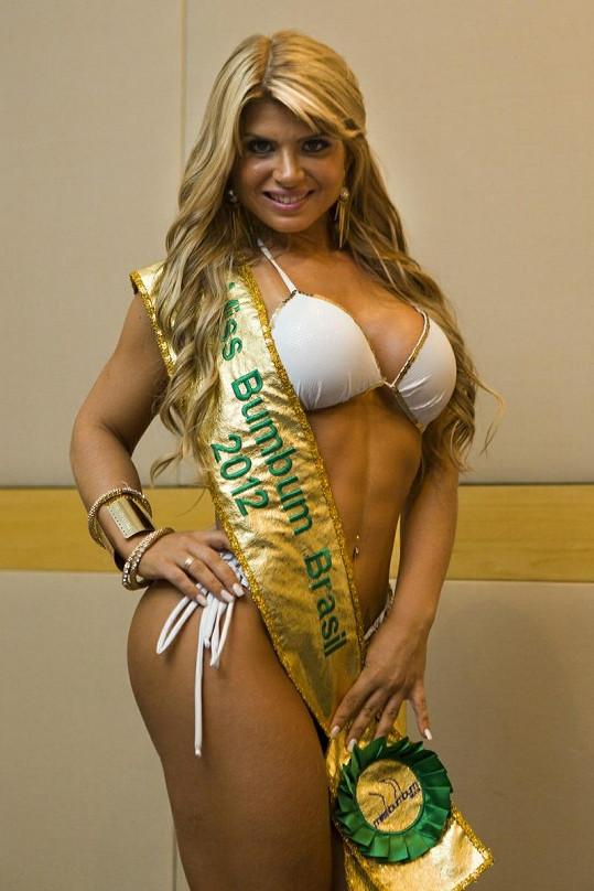 Vítězka soutěže Miss BumBum Carine Felizardo.