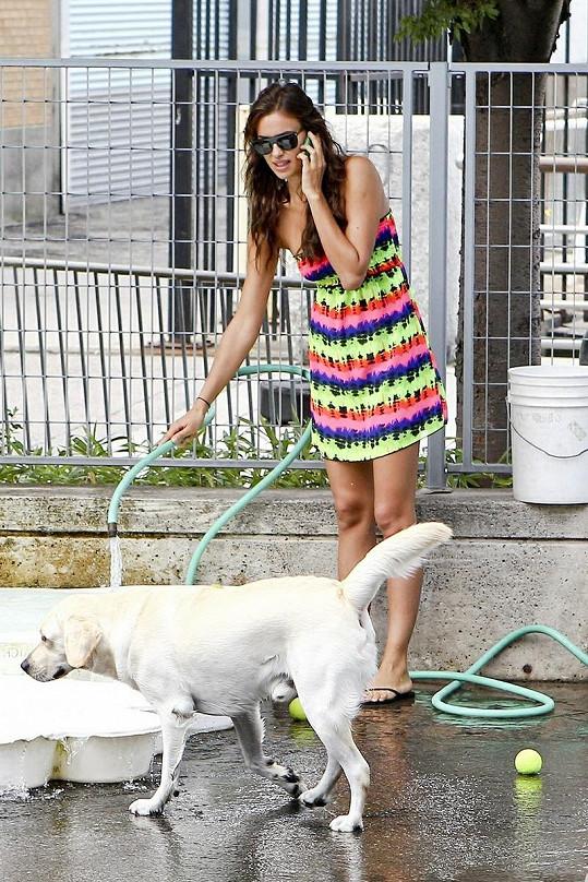 Modelka napouštěla vodu do misky, aby se její pes mohl napít.