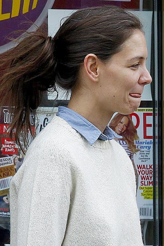 Katie má již ve třiatřiceti letech prošedivělé vlasy.