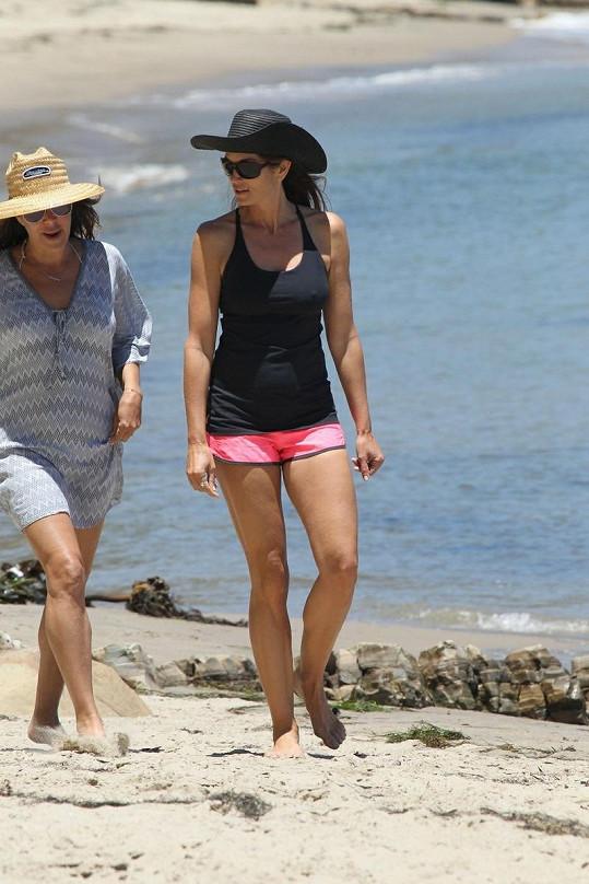 Cindy s kamarádkou na procházce po pláži v Los Angeles.