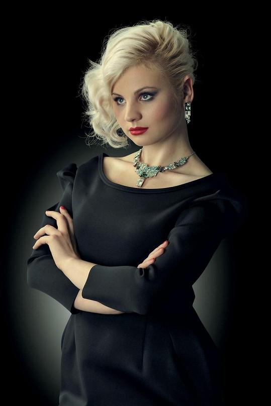 Stylista se snažil utlumit styl, který Ivanně módní experti vyčítají. Proto volil černou a tmavé tóny a nechal hrát kamínky na doplňcích.